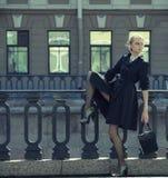 De mooie stadsvrouw heeft het lopen op een straat royalty-vrije stock afbeeldingen