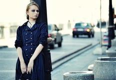 De mooie stadsvrouw heeft het lopen op een straat stock afbeeldingen