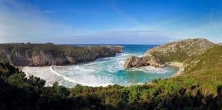 De mooie steenbogen op Playa DE las Cuevas del brengen, Cantabrië in de war Stock Foto's
