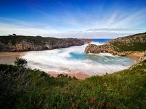 De mooie steenbogen op Playa DE las Cuevas del brengen, Cantabrië in de war Stock Fotografie