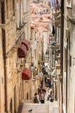 De mooie steile stegen bij de ommuurde oude stad van Dubrovnik royalty-vrije stock fotografie