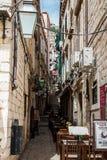 De mooie steile stegen bij de ommuurde oude stad van Dubrovnik royalty-vrije stock foto's