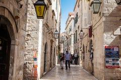 De mooie steile stegen bij de ommuurde oude stad van Dubrovnik royalty-vrije stock afbeelding