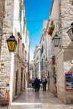 De mooie steile stegen bij de ommuurde oude stad van Dubrovnik royalty-vrije stock foto
