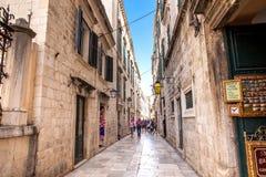 De mooie steile stegen bij de ommuurde oude stad van Dubrovnik stock afbeeldingen