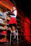 De mooie student in bibliotheek. royalty-vrije stock afbeelding