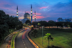 De mooie Sultan Salahuddin Abdul Aziz Shah-Moskee in Sunris Royalty-vrije Stock Foto's