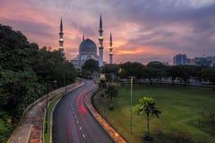De mooie Sultan Salahuddin Abdul Aziz Shah-Moskee in Sunris Stock Fotografie