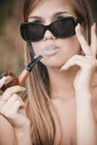 De mooie tabak-pijp van de vrouwenrook Stock Foto