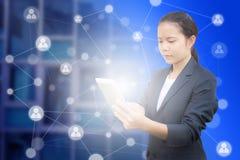 De mooie tablet en het gebruik van de bedrijfsvrouwenholding voor het verbinden van informatie royalty-vrije stock fotografie