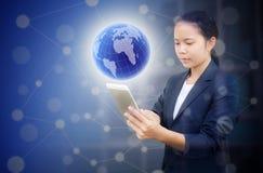 De mooie tablet en het gebruik van de bedrijfsvrouwenholding voor het zoeken van informatie of Gemengde media stock afbeelding