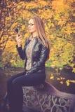 De mooie telefoon van het meisjesgebruik Stock Afbeelding
