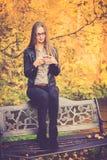 De mooie telefoon van het meisjesgebruik Royalty-vrije Stock Foto