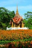 De mooie tempel van de paviljoen Thaise stijl heeft een voorzijde van de bloemtuin Royalty-vrije Stock Fotografie