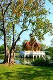 De mooie tempel van de paviljoen Thaise stijl op water Stock Foto