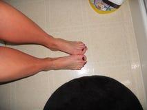 De mooie tenen voeten schilderden purpere nailpolish royalty-vrije stock foto's
