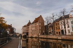 de mooie traditionele gebouwen en het kanaal mechelen binnen, België royalty-vrije stock foto