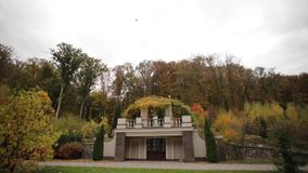 De mooie tribune van het huwelijkspaar op het balkon van de teherfst, achtergrond van bos stock footage
