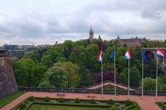 De mooie tuin en brug van Adolphe over Petrusse-vallei in de stad van Luxemburg Foto van het de lente de stedelijke landschap lux royalty-vrije stock fotografie