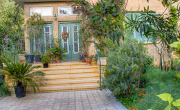 De mooie tuin van het tradiitonalhuis en ingang, Nicosia, Cypru Royalty-vrije Stock Foto's
