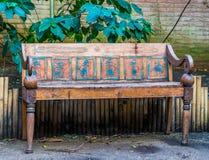 De mooie uitstekende bank in Egyptische die stijl, Seat met symbolen wordt verfraaid, het historische kijken heeft bezwaar royalty-vrije stock afbeelding