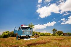 De mooie Uitstekende retro bestelwagen van autovolkswagen op het tropische strand Bali royalty-vrije stock afbeeldingen