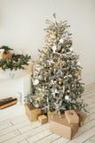De mooie vakantie verfraaide ruimte met Kerstboom met presen stock foto