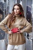De mooie van de de make-upslijtage van het vrouwen sexy perfecte mooie gezicht beige wol Royalty-vrije Stock Fotografie