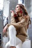 De mooie van de de make-upslijtage van het vrouwen sexy perfecte mooie gezicht beige wol Royalty-vrije Stock Afbeeldingen