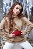 De mooie van de de make-upslijtage van het vrouwen sexy perfecte mooie gezicht beige wol Stock Fotografie