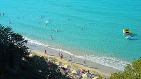 De mooie van de de meningskust van de strand luchthommel mensen van de kusttoeristen stock footage