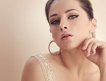 De mooie verleidelijke vrouw met geheimzinnigheid kijkt close-up Royalty-vrije Stock Fotografie