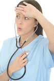De mooie Verlichte Betrokken Jonge Vrouwelijke Eigen Hartslag van Artsenlistening to her door Stethoscoop royalty-vrije stock afbeelding