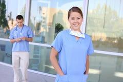 De mooie Verpleegster van de Vrouw bij het Ziekenhuis Stock Afbeeldingen