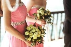 De mooie verse rozen in huwelijksboeket in bruidsmeisjes overhandigt cl Stock Afbeelding
