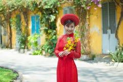 De mooie Vietnamese vrouw met rode ao dai viert maan nieuw jaar Royalty-vrije Stock Fotografie