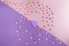 De mooie vlakte legt patroon van harten met Drie harten Royalty-vrije Stock Foto's