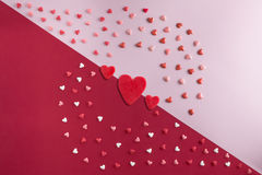 De mooie vlakte legt patroon van harten met Drie rode harten Stock Foto