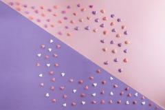 De mooie vlakte legt patroon van harten met exemplaar-ruimte op roze kwarts en sereniteitsachtergrond voor de Dag van Valentine ` Royalty-vrije Stock Foto