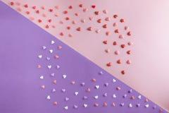 De mooie vlakte legt patroon van harten op roze kwarts Stock Foto