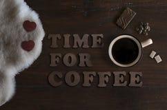 De mooie vlakte legt van mok met koffie, schapehuid, chocolade en teksttijd voor koffie royalty-vrije stock afbeeldingen