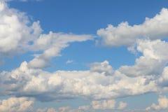 De mooie vlotter van cumuluswolken in blauwe duidelijke hemel stock afbeelding