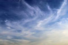 De mooie vormingen van de cirruswolk in een diepe blauwe hemel stock foto