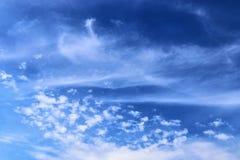 De mooie vormingen van de cirruswolk in een diepe blauwe hemel stock fotografie