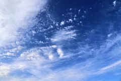De mooie vormingen van de cirruswolk in een diepe blauwe hemel stock foto's