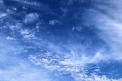 De mooie vormingen van de cirruswolk in een diepe blauwe hemel stock afbeelding