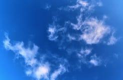 De mooie vormingen van de cirruswolk in een diepe blauwe hemel royalty-vrije stock foto's