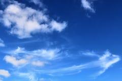 De mooie vormingen van de cirruswolk in een diepe blauwe hemel royalty-vrije stock fotografie