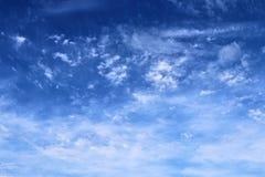 De mooie vormingen van de cirruswolk in een diepe blauwe hemel royalty-vrije stock foto