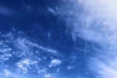 De mooie vormingen van de cirruswolk in een diepe blauwe hemel royalty-vrije stock afbeeldingen